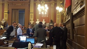 Interruption de séance, le théâtre du conseil municipal de Bordeaux 28/09/2015